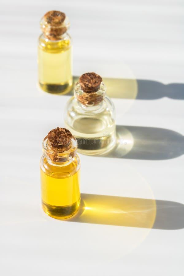 Kleine fles drie glasetherische olie met een cork kurk voor aromatherapy en massage stock afbeelding