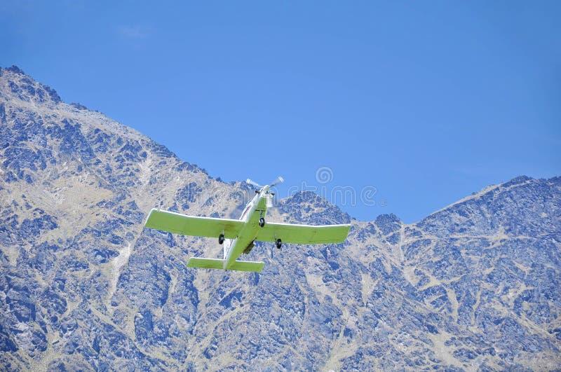 Kleine Flugzeuge, die niedrig über ein Feld fliegen stockfoto