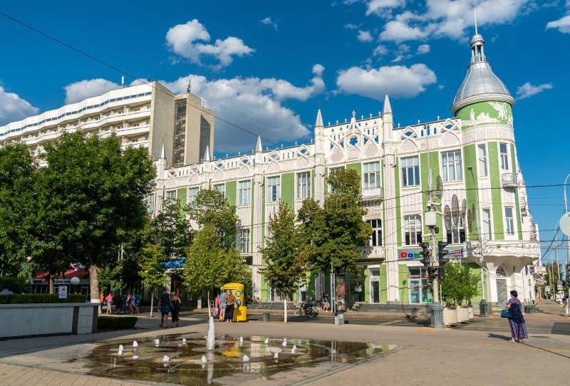 Kleine fontein en traditionele gebouwen in het stadscentrum van Krasnodar, Rusland royalty-vrije stock foto
