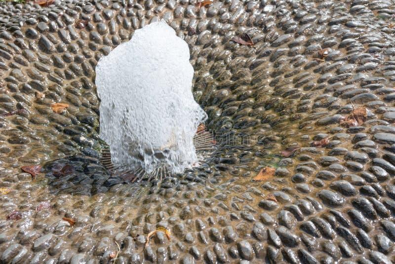 Kleine fontein met borrelend water stock foto