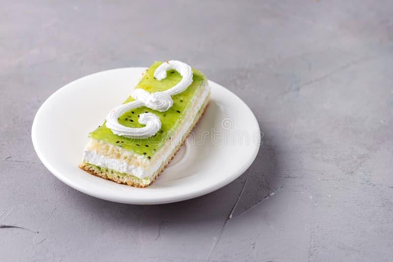Kleine Frucht und Berry Cake auf dem weißen Platten-Grey Background Tasty Beautiful Dessert-Frucht-Kuchen-Gebäck-Kopien-Raum hori lizenzfreie stockfotos