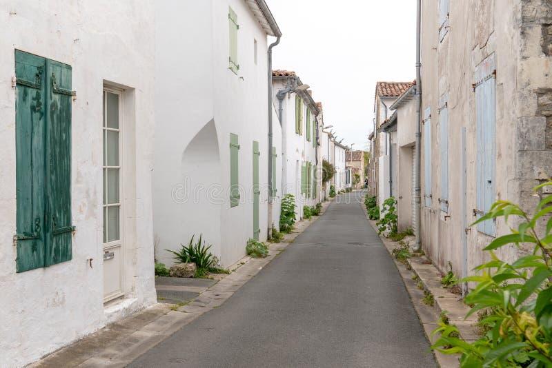 Kleine Gasse in ARS-Dorf in ile de re Insel in Frankreich stockfotos