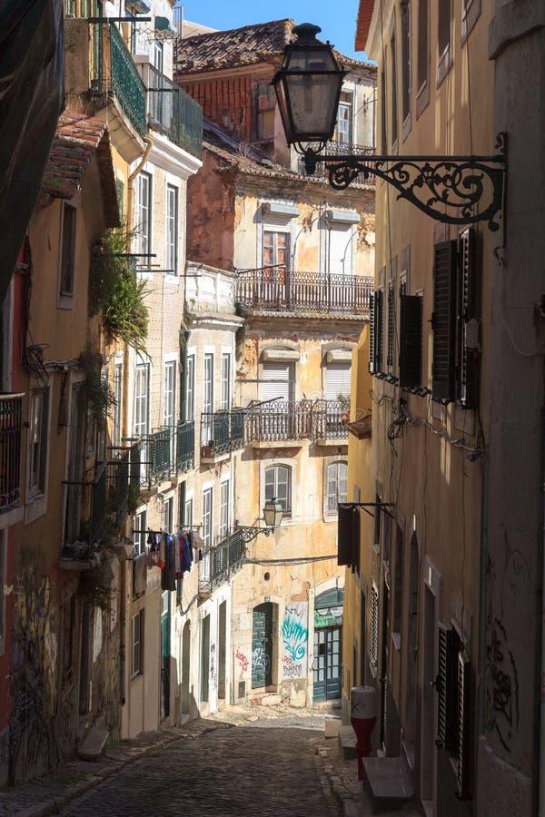 Kleine Gasse in Lissabon stockbilder