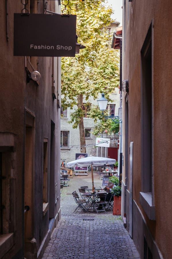 Kleine Gasse zwischen alten Weinlesegebäuden in alter Stadt Altstadt Zürichs stockfotografie