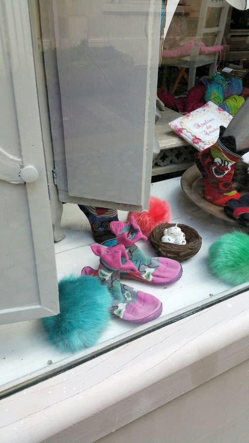 Kleine gebreide schoenen en sokken royalty-vrije stock fotografie