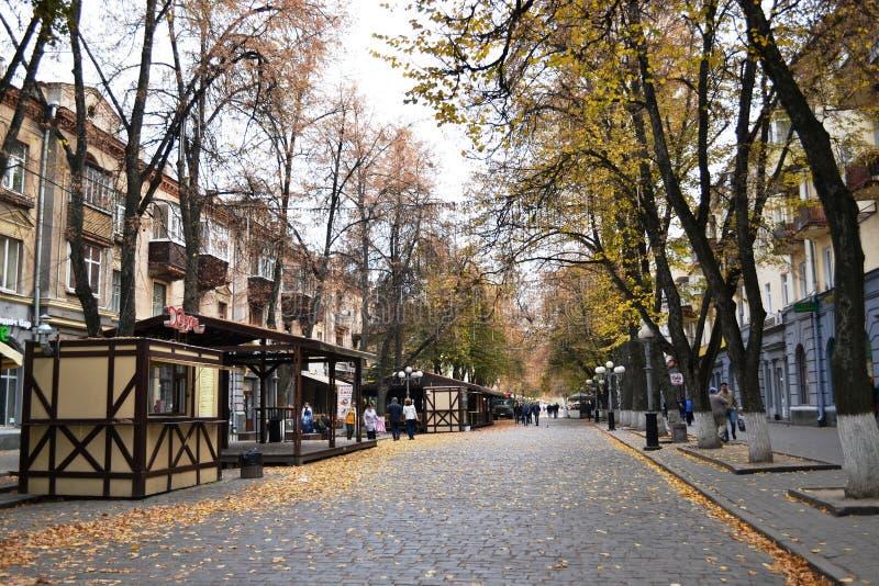 Kleine gemütliche Stadtstraße mit kleinen Souvenirladen lizenzfreies stockfoto