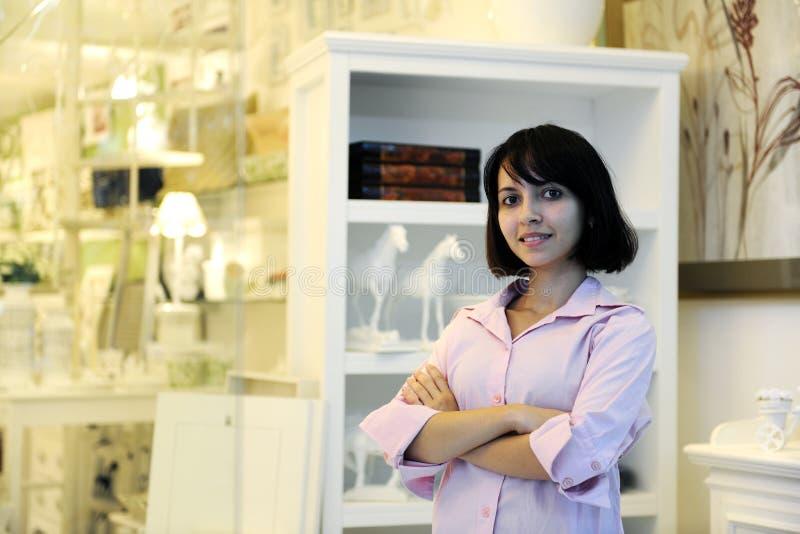 Kleine Geschäftseigentümer: stolze Frau und ihr Speicher stockfoto