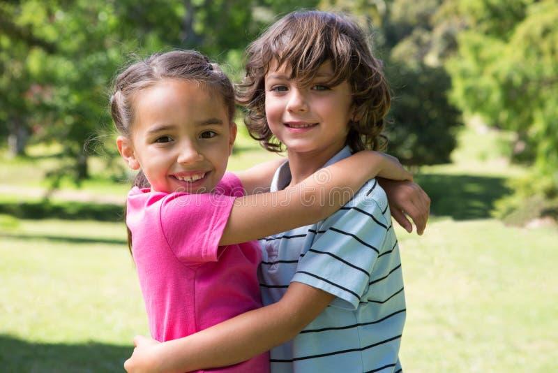 Kleine Geschwister, die sich umarmen lizenzfreies stockbild