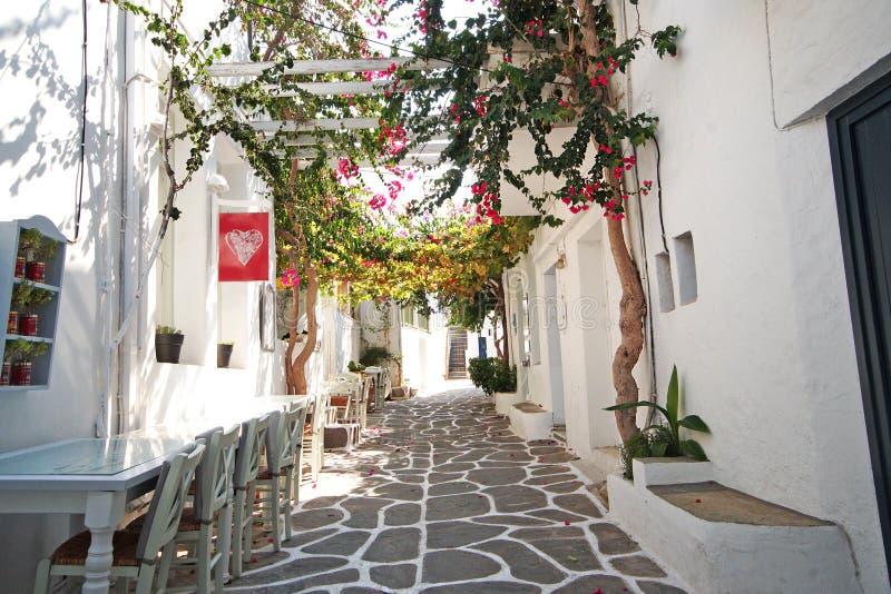 Kleine gezellig ouderwetse straat in Naoussa, Paros royalty-vrije stock fotografie