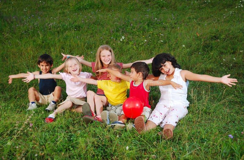 Kleine glückliche kleine Gruppe Kinder im Freien lizenzfreie stockfotografie