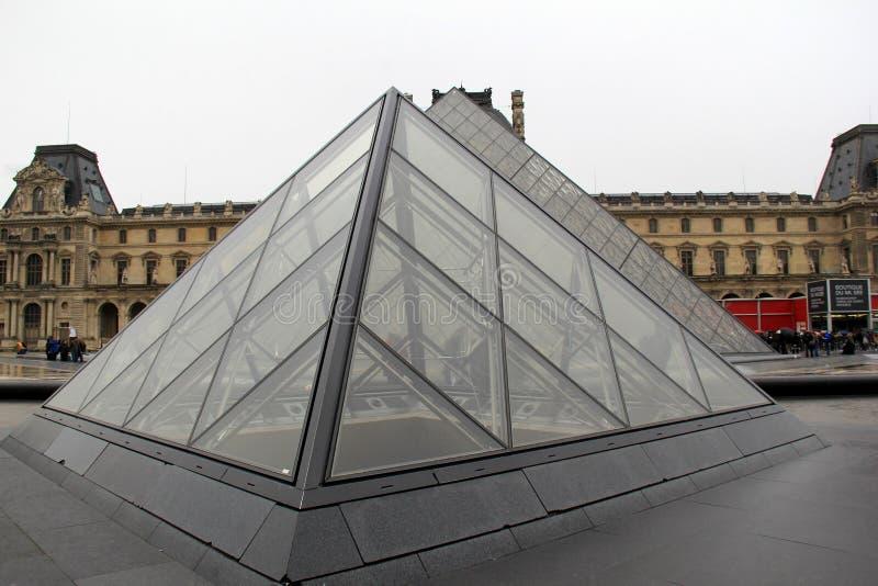 Kleine glas en metaalpiramides in binnenplaats van het Louvre, Parijs, Frankrijk, 2016 stock afbeeldingen