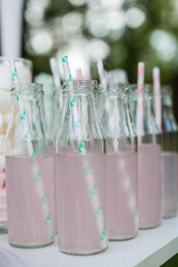 Kleine glasflessen met roze limonade royalty-vrije stock fotografie