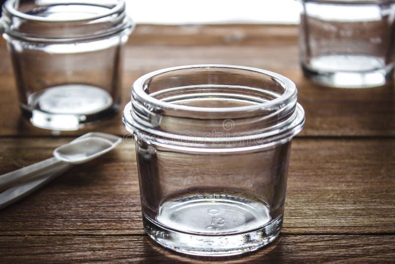 Kleine glaskruiken stock afbeelding