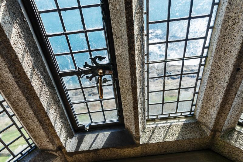 kleine glasruiten in een oud historisch gebouw stock foto