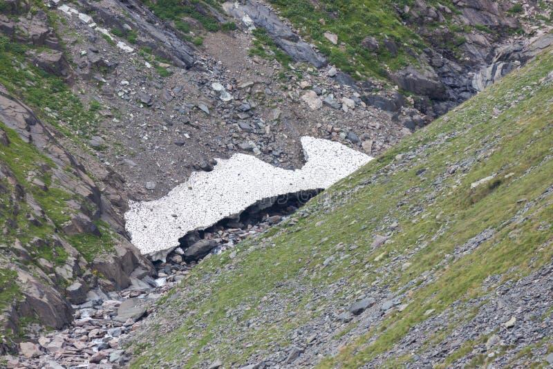 Kleine gletsjer stroomopwaarts van de Barbellino-dam, Seriana-Vallei, royalty-vrije stock foto