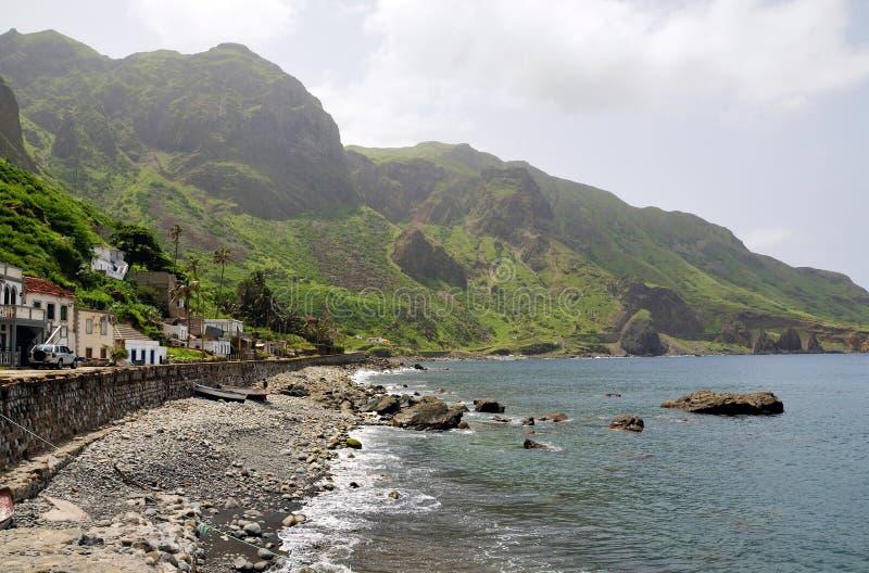 Kleine golven op de kusten van Faja D'Agua stock foto