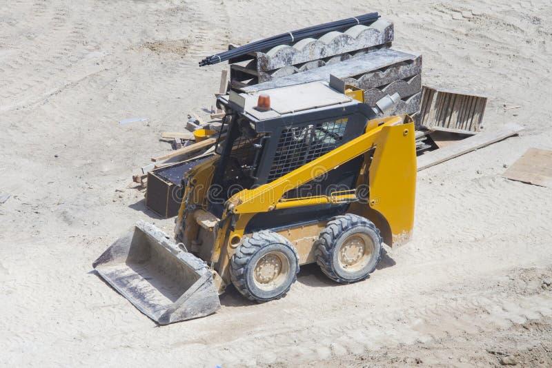 Kleine graafwerktuig of bulldozer stock foto's