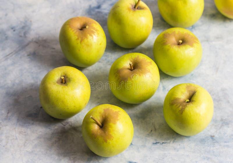 Kleine groene appelen op marmeren oppervlakte met selectieve nadruk stock afbeeldingen