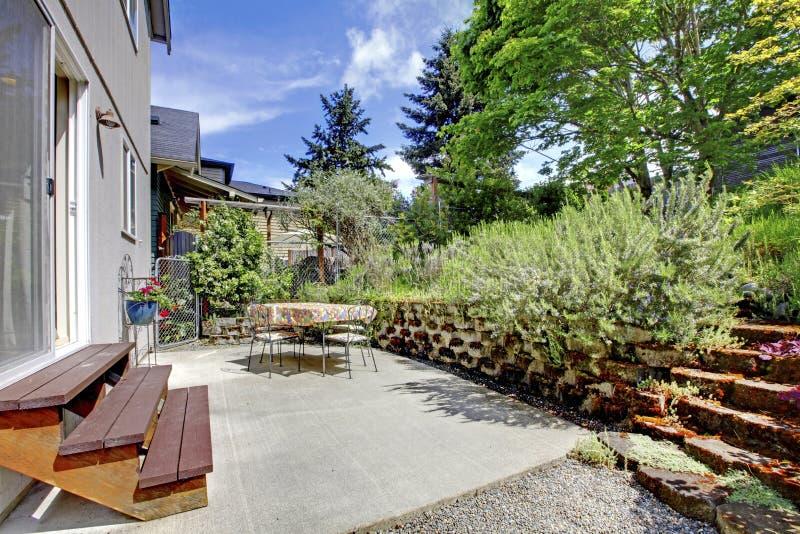 Kleine groene geschermde achtertuin met tuin stock foto's