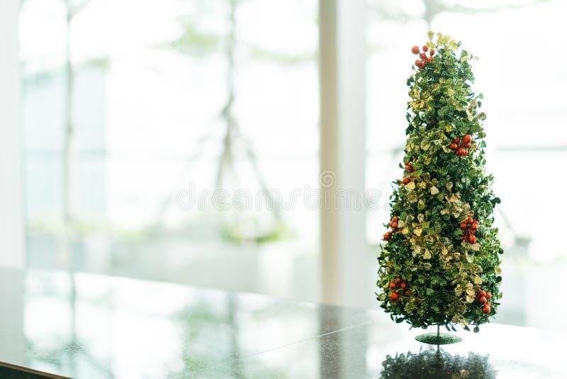 Kleine groottekerstboom met heldere en onscherpe achtergrond met exemplaarruimte royalty-vrije stock fotografie