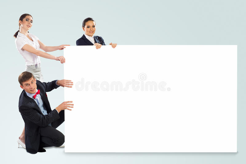 Kleine Gruppe von Personen, die eine leere Fahne hält stockbild