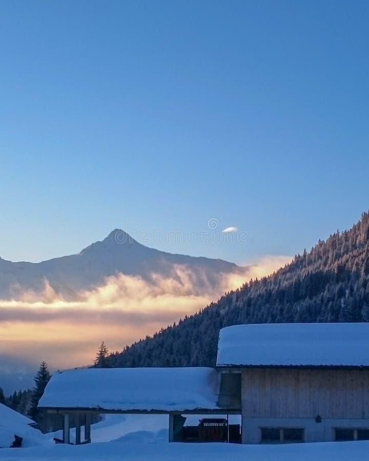 Kleine Hütte in den Alpenbergen in der Winterlandschaft lizenzfreies stockfoto