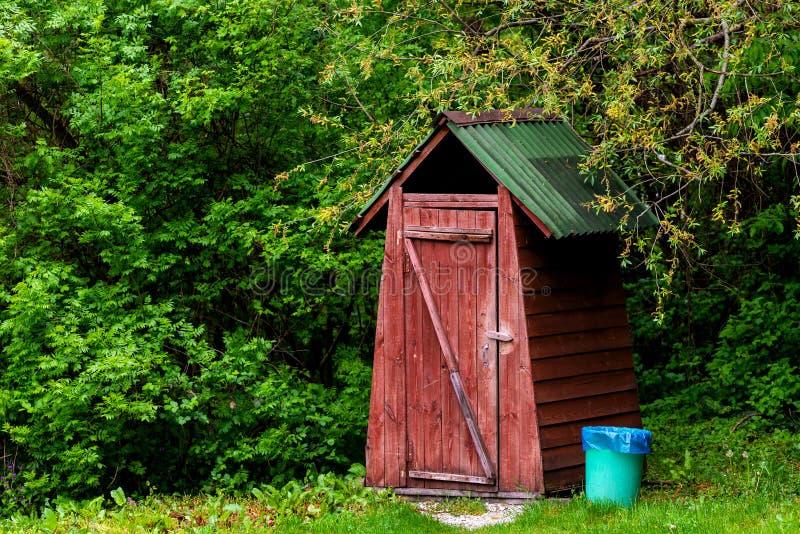 Kleine h?lzerne Freientoilette am Sommer stockbild