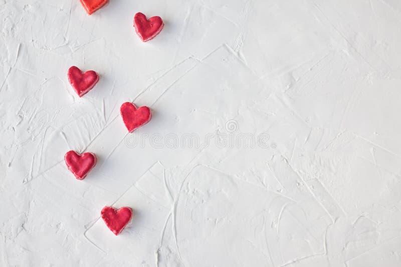 Kleine harten op een lichte achtergrond Het concept van de Dag van valentijnskaarten Suikergoed in de vorm van een hart Selectiev royalty-vrije stock fotografie