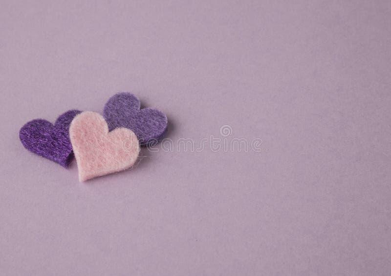 Kleine harten op purpere achtergrond stock afbeelding