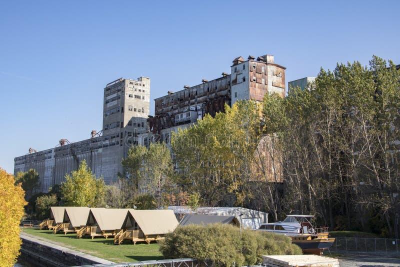 Kleine Hauptgemeinschaft durch verlassenes Lager auf Ufergegend lizenzfreies stockbild