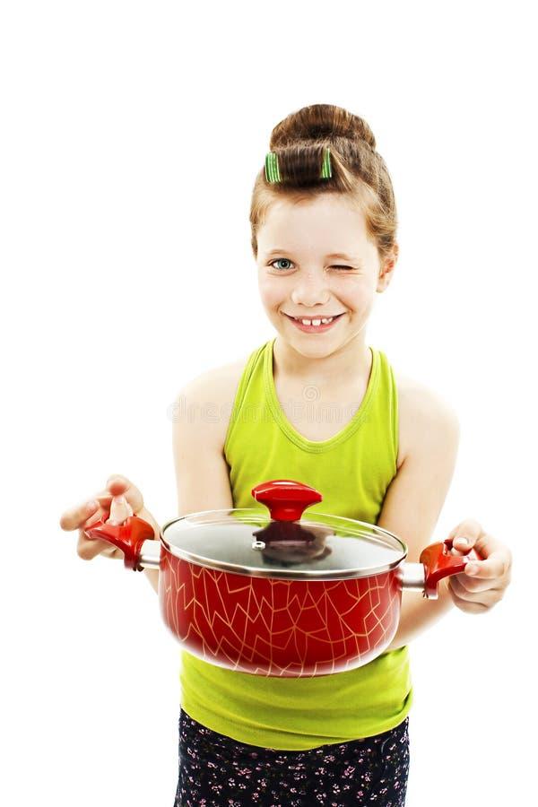Kleine Hauswirtschaftsleiterin, die Wanne mit Fertiggericht, Suppe hält winks stockfoto