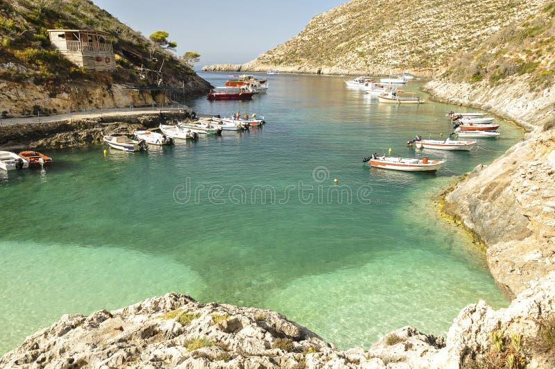 Kleine haven met boten op kristal, blauwe overzees royalty-vrije stock foto