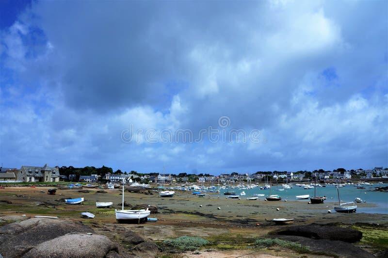 Kleine haven met vastgelopen boten at low tide in Brittany France stock afbeelding