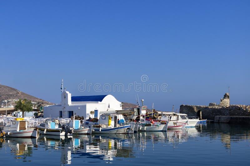 Kleine haven in Naoussa-dorp, Paros-eiland, Cycladen, Griekenland stock afbeelding