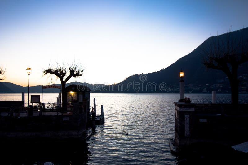 Kleine haven van een stad op Meer Como met opslag van vissersboten stock foto's