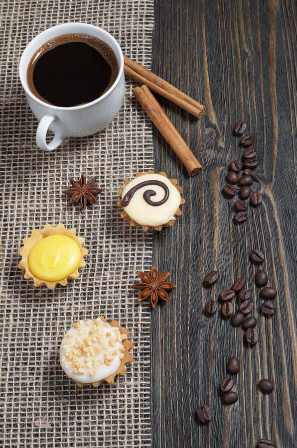 Kleine heerlijke verglaasde muffins en koffie stock afbeeldingen