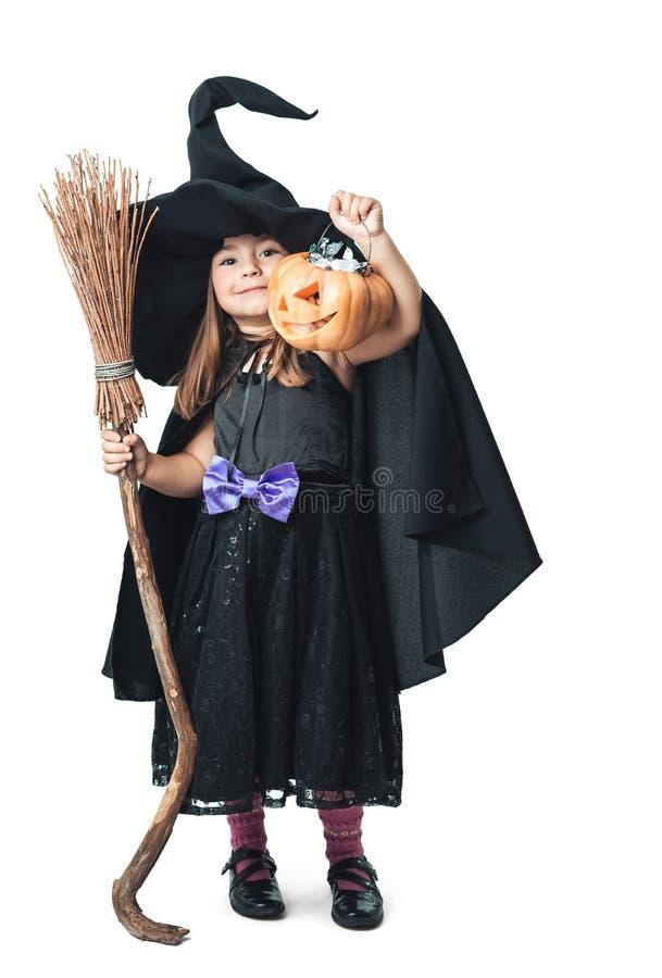 Kleine Hexe zeigt die gesammelte Süßigkeit lizenzfreies stockbild