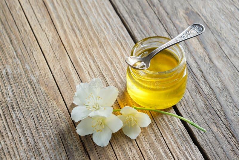 Kleine honingskruik en van Philadelphus of van de tuin jasmijnbloemen stock foto's