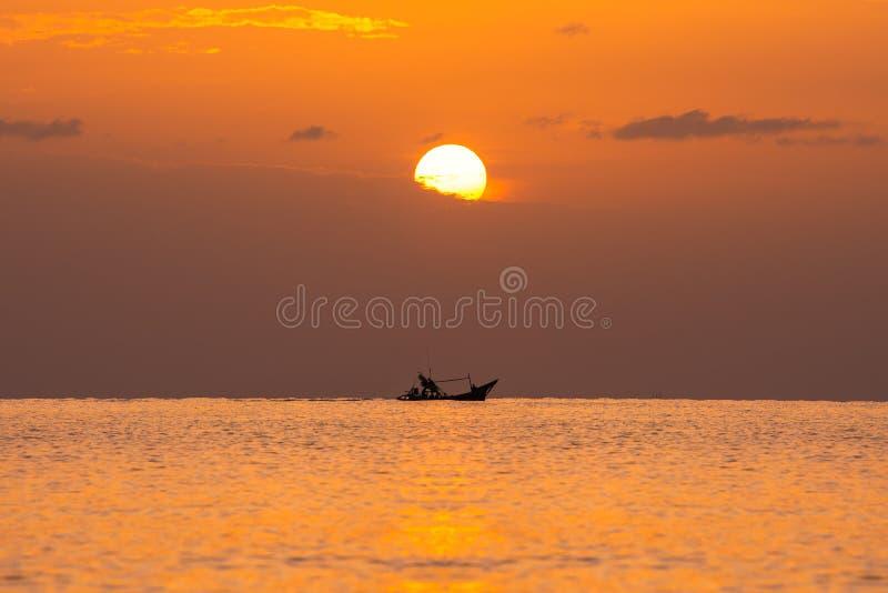 Kleine houten boot in overzees stock afbeeldingen