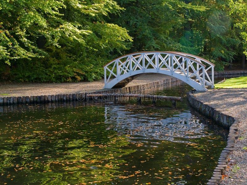 Kleine houten brug over rivier royalty-vrije stock fotografie