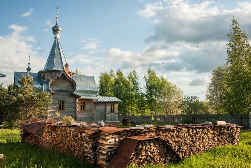 Kleine houten kerk in Sergeevo, Palekh, Vladimir-gebied, Rusland royalty-vrije stock fotografie