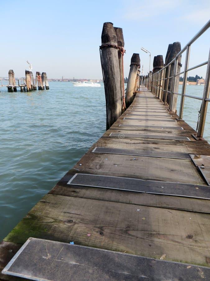 Kleine houten pijler in Venetië stock afbeeldingen