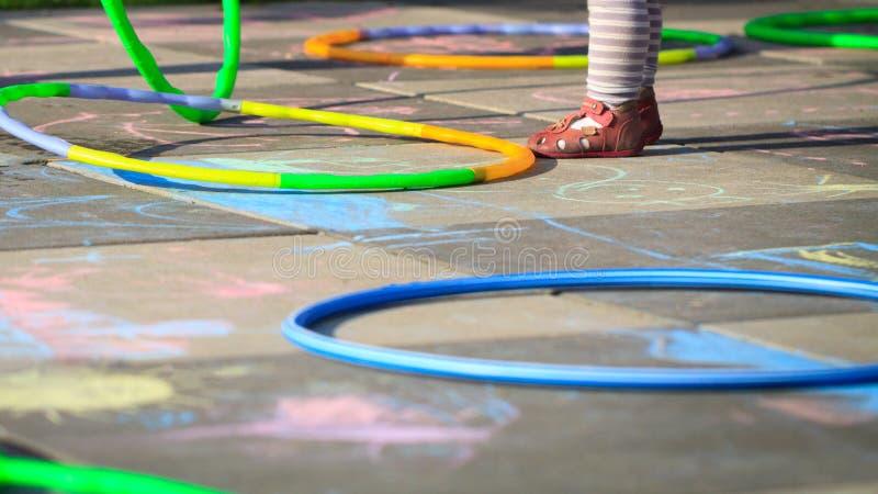 Kleine hulahoepels van het meisjesspel op speelplaats royalty-vrije stock foto's