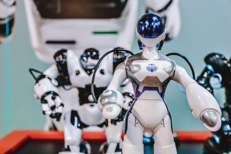 Kleine humanoid Roboter an einer Hightechausstellung High-Teches Konzept stockfoto