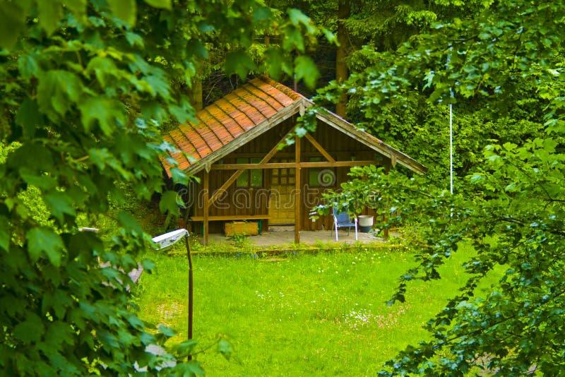 Kleine idyllische hölzerne Hütte im Wald von Bayern, Deutschland stockfotografie