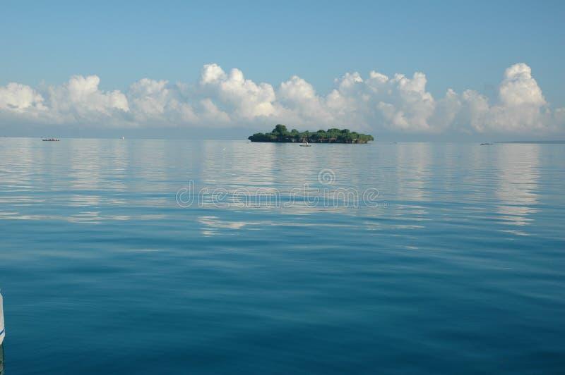 Kleine Insel auf Mosambik-Nordküste lizenzfreie stockfotos
