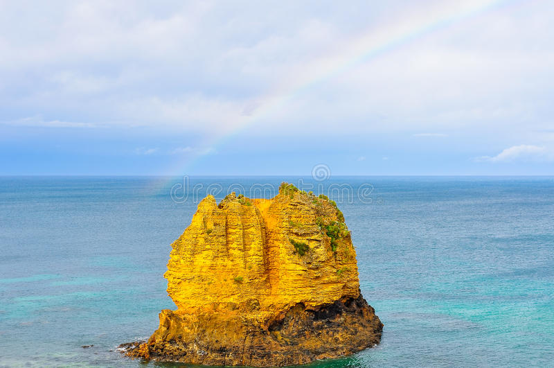 Kleine Insel nahe der Küste auf der großen Ozean-Straße, Australien stockbild