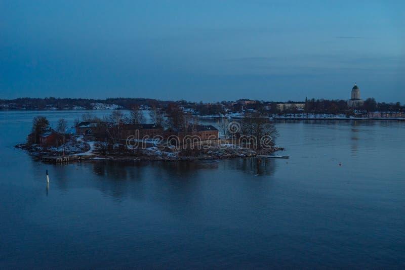 Kleine Insel nahe Helsinki und Festung Suomenlinna stockfotos