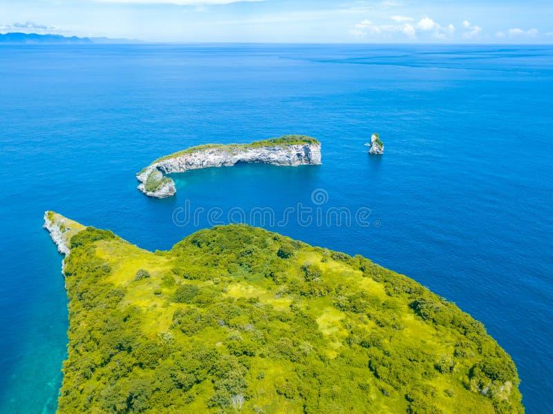Kleine Inseln mit Dschungeln im Ozean Schattenbild des kauernden Geschäftsmannes stockfotos