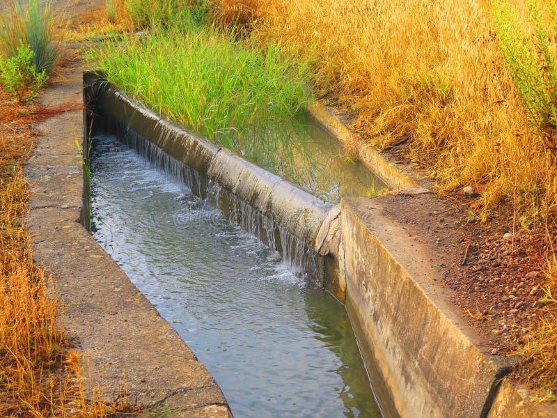Kleine irrigatie cansl met waterkeringscontrole royalty-vrije stock foto
